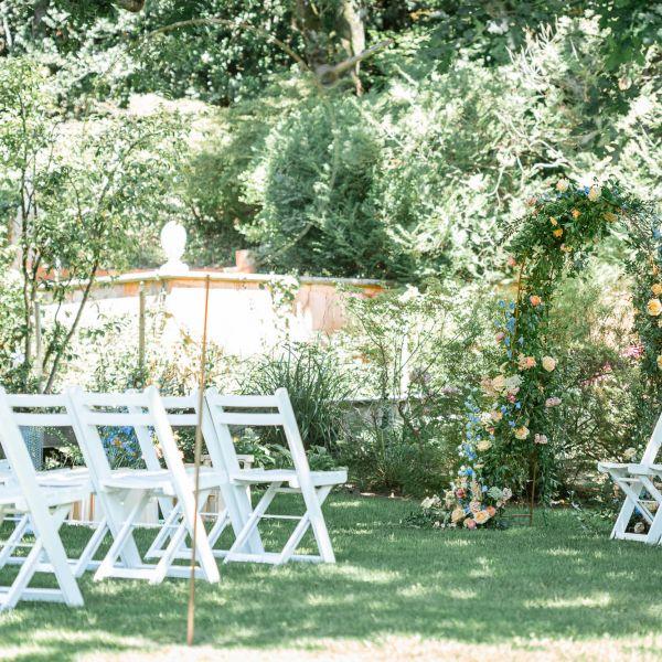 un décor de cérémonie laïque dans le parc lors de la formation wedding designer