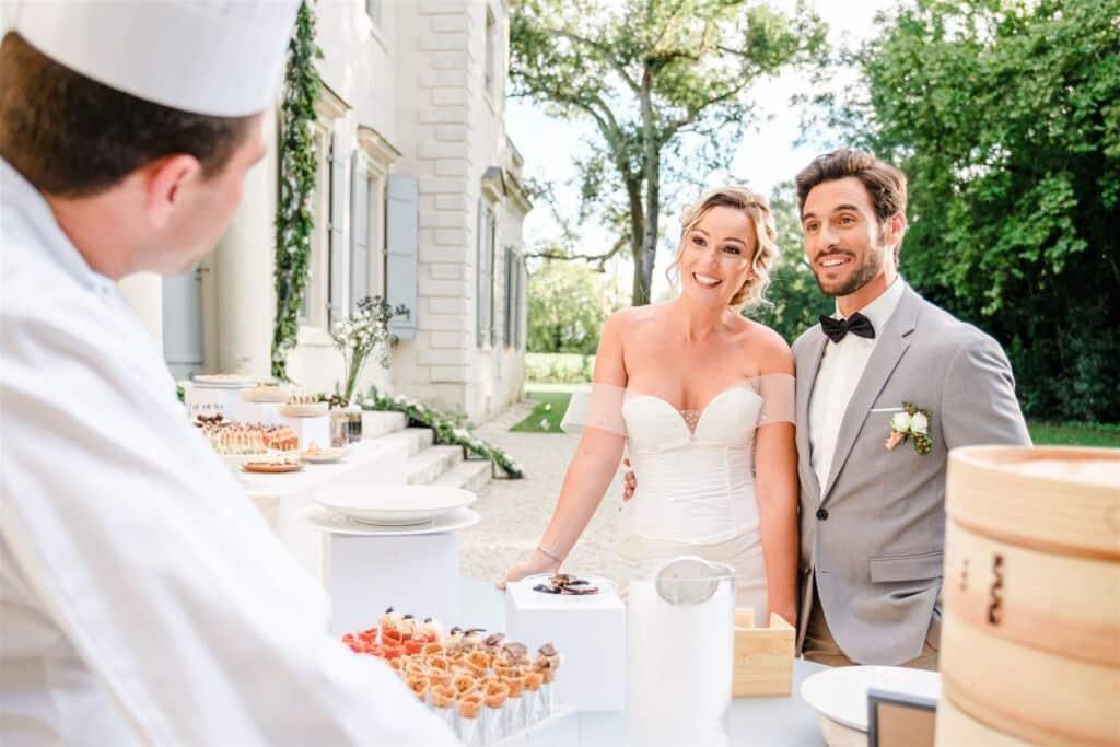 cocktail mariage en extérieur avec des mariés